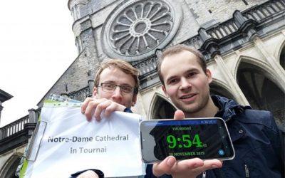 Zelfs een verkeersongeval kan Klaas en Nicholas er niet van weerhouden hun overleden vriend te eren met een wereldrecord